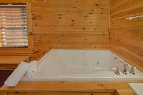 Jacuzzi Tub in Master bedroom at 4 bedroom cabin - Fishin Hole