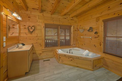 4 bedroom with 2 private jacuzzi tubs - Fishin Hole