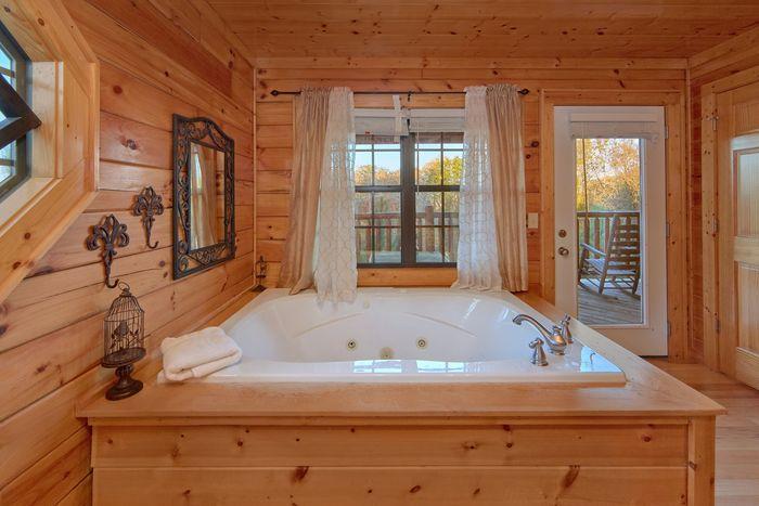 4 Bedroom Cabin with a Master Suite and Jacuzzi - Fleur De Lis