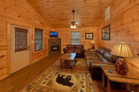 3 Bedroom Cabin with Fireplace in living room - Flying Bear