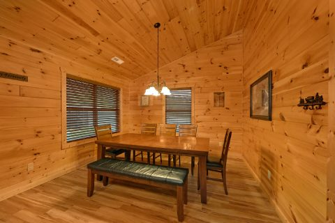 3 bedroom Cabin with Dining Room seating for 8 - Flying Bear