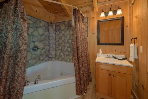 3 Bedroom Cabin with Picnic Table & Views - Gatlinburg Splash