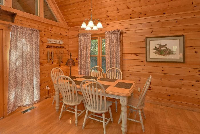 Large Spacious Dining Room 3 Bedroom Cabin - Gray Fox Den