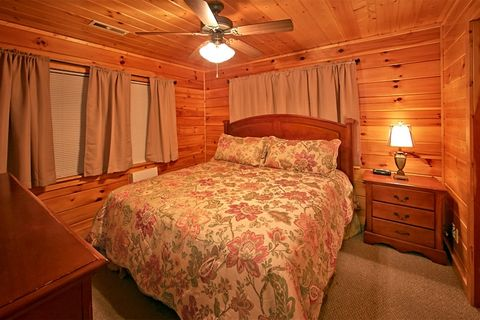 Cabin with 8 king beds and 2 sleeper sofas - Great Aspirations