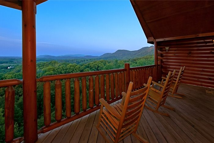 Cabin with Mountain Views and Rocking chairs - Great Aspirations