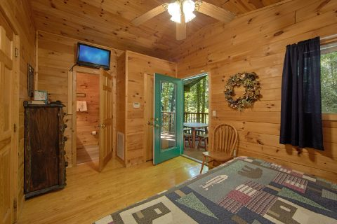 2 Bedrom Cabin with a TV in each Bedroom - Grin N Bear It