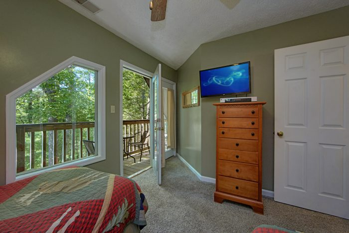 4 Bedroom Cabin with private deck off bedroom - Happy Trails