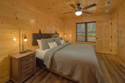 Luxury cabin with King Bed in Master Bedroom - Hemlock Splash