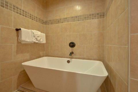 Master Bath with luxurious tub in cabin rental - Hemlock Splash