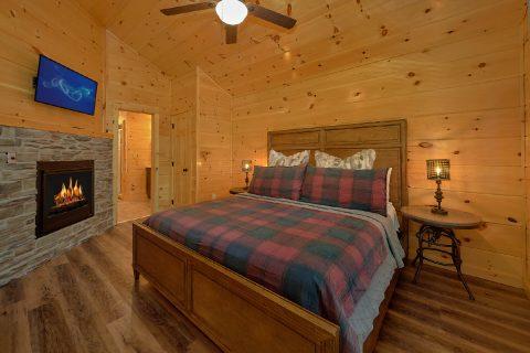 2 bedroom cabin Master Bedroom with fireplace - Hemlock Splash
