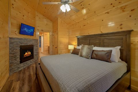 King bedroom with bath in 2 bedroom luxury cabin - Hickory Splash