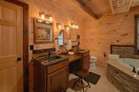 Luxurious 4 Master Bedroom Cabin Sleeps 12 - Hideaway Dreams