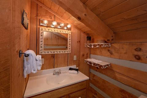 Private Master Bath in 2 bedroom cabin - Hillbilly Deluxe