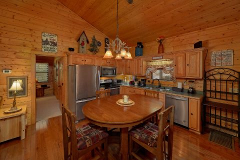 4 bedroom cabin with Spacious Dining Room - Hillbilly Hideaway
