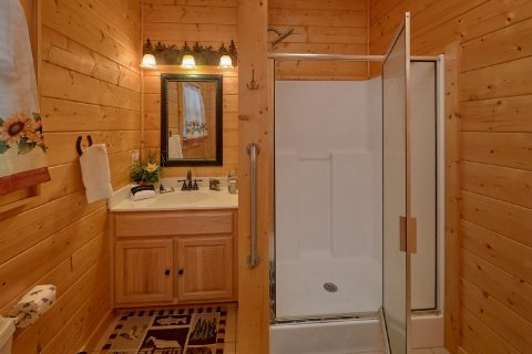 4 bedroom cabin with Private Master Bath - Hillbilly Hideaway