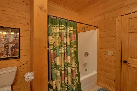 Private Master Bathroom in 4 bedroom cabin - Hillbilly Hideaway