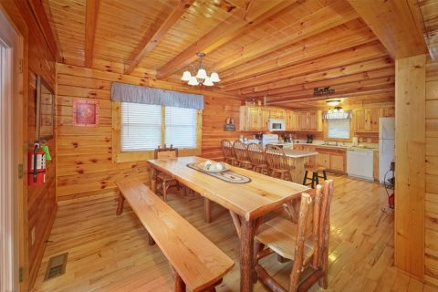 Pigeon Forge Cabin with a Large Dining Table - Hilltop Hideaway