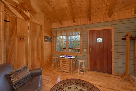 1 Bedroom Rustic Cabin with Arcade Game Table - Hilltopper