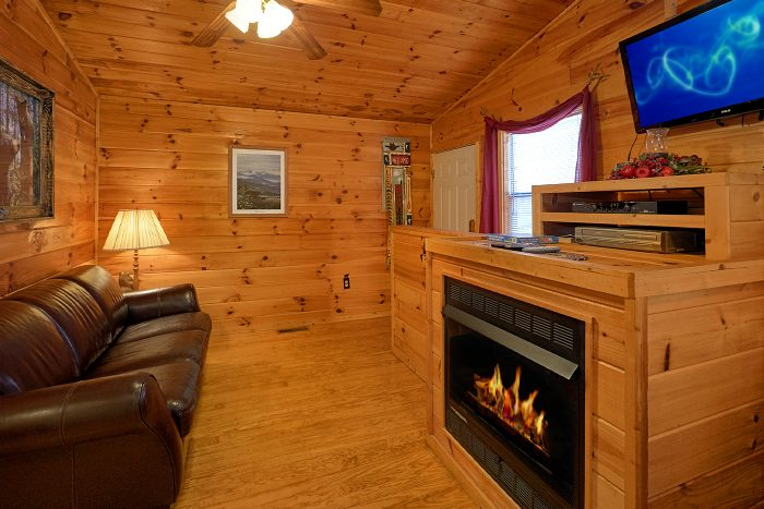 Cozy 2 Bedroom Cabin with Fireplace and TV - Honey Bear Hill