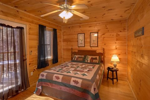 Rustic Cabin with Queen Bedroom and Private Deck - Honey Bear Hill