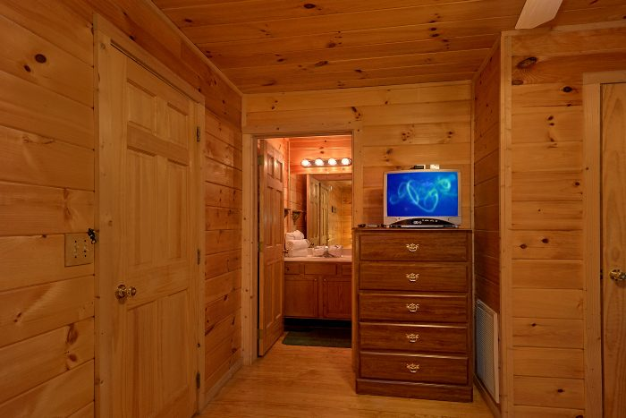 Cabin with Private Bathroom in Queen Bedroom - Honey Bear Hill