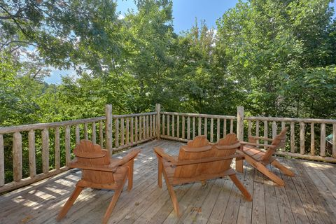 Wooded Views from deck of 1 bedroom cabin - Huggable Hideaway
