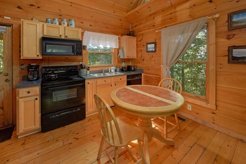 Rustic 1 bedroom cabin with full kitchen - Huggable Hideaway