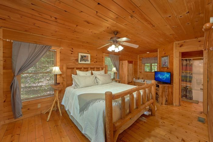 Honeymoon Cabin with King Bed and Jacuzzi Tub - Huggable Hideaway