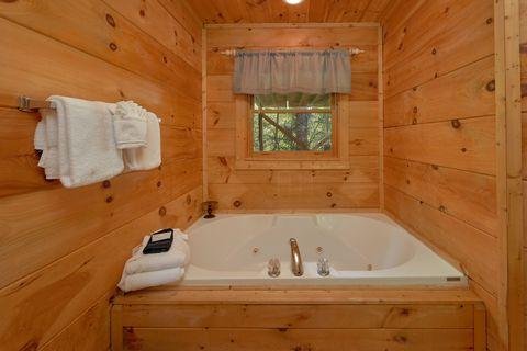 Private Jacuzzi Tub in One Bedroom cabin - Huggable Hideaway