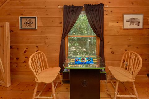 1 Bedroom Cabin with Game Room and Arcade game - Huggable Hideaway