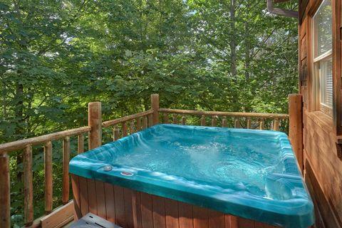1 bedroom Honeymoon Cabin with Private Hot Tub - Huggable Hideaway