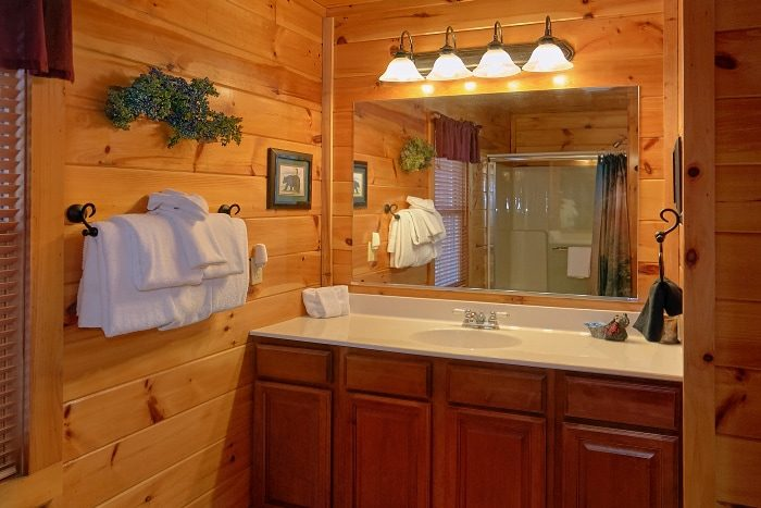 Honeymoon Cabin with Private Bath and Jacuzzi - I Don't Want 2 Leave