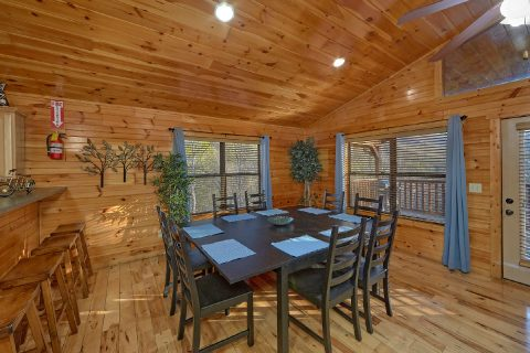 Spacious 2 bedroom cabin with large dining area - I Love View