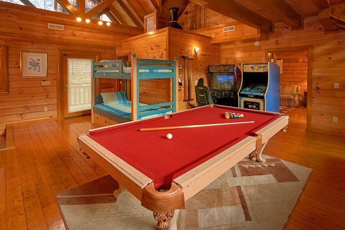 8 Bedroom Cabin Sleeps 28 wit Game Room - Indoor Pool Lodge