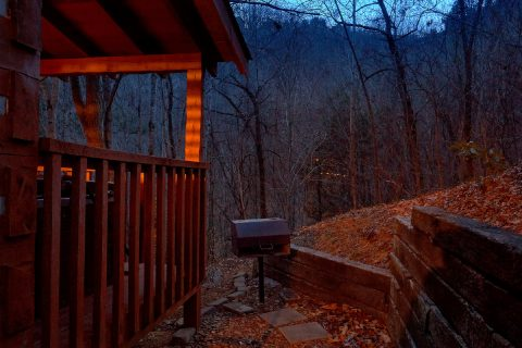 2 bedroom cabin with grill and hot tub - Just Barely Making It
