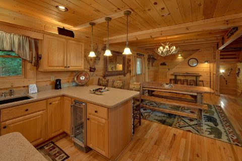 Spacious 6 Bedroom 6 Bath Cabin Sleeps 18 - KenKnight's Wilderness Lodge