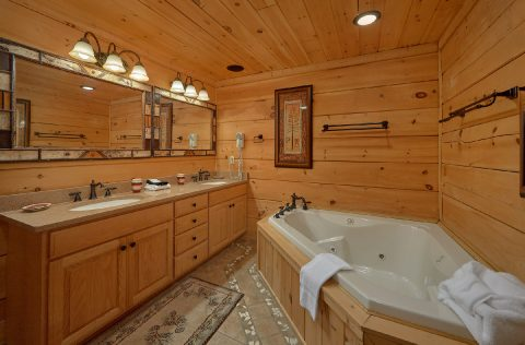 Master BAth woth Jacuzzi Tub - KenKnight's Wilderness Lodge