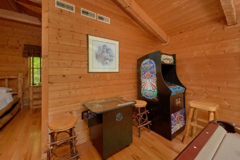 1 Bedroom cabin with arcade games and pool table - Kicked Back Creekside