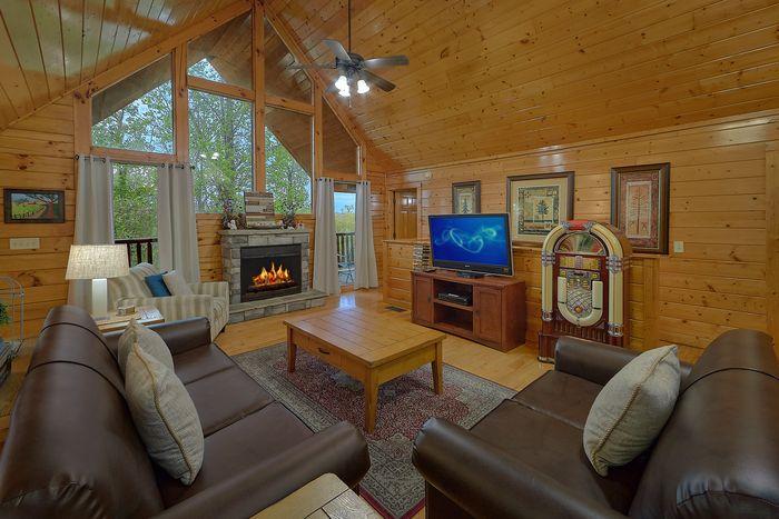 Luxurious 4 Bedroom Cabin with FIreplace - Knockin' On Heaven's Door