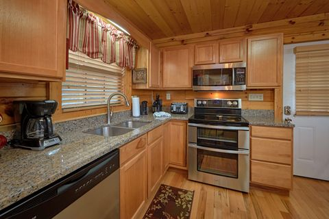 4 Bedroom Cabin with Stainless Steel Kitchen - Knockin' On Heaven's Door