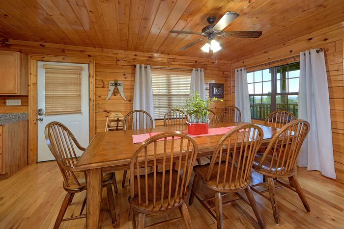 Spacious Cabin with Large dining area - Knockin' On Heaven's Door