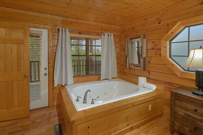 Premium Cabin with Jacuzzi in Master Bedroom - Knockin' On Heaven's Door