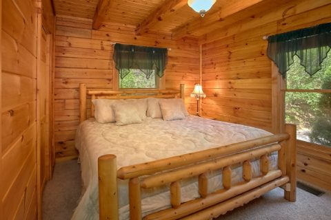 Cozy Honeymoon Cabin with King Bedroom - Knotty and Nice