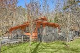 Gatlinburg 4 Bedroom Cabin Sleeps 8 with Yard