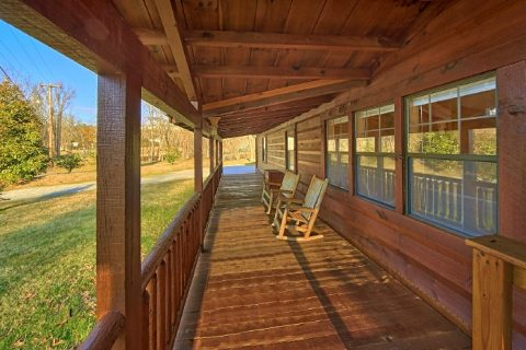 3 Bedroom Cabin with Flat Parking and Yard Space - Lacey's Lodge
