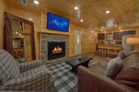 Cozy Living room with fireplace in cabin rental - Laurel Splash