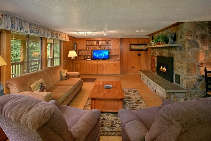 6 Bedroom Cabin with Living Room & Fireplace - Lazy Days Lodge