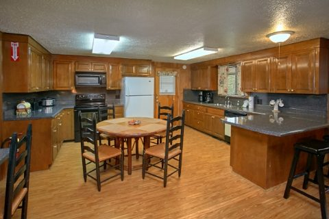 Group Sized cabin with Kitchen and 2 Dining Room - Lazy Days Lodge