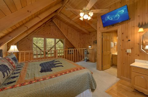 Spacious Honeymoon Cabin with Deck and Hot Tub - Lazy Retreat