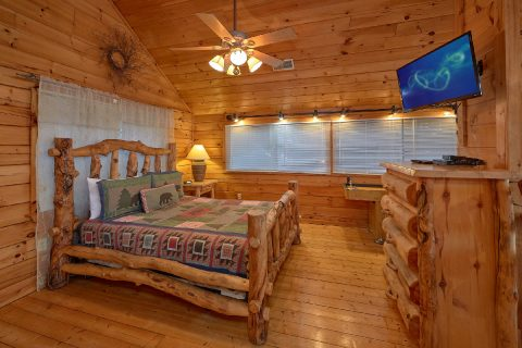 Open Loft Bedroom with Jacuzzi Tub - Lazy View Lodge
